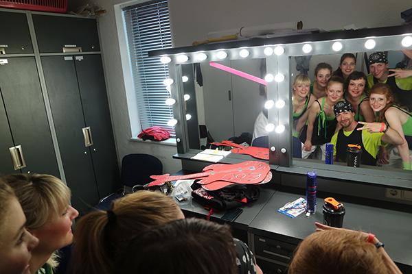 Auftritt auf der Sportjugendehreung 2016, Empire of Outcast Tänzer schauen in einen Spiegel