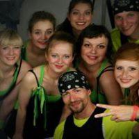 """Vor dem Auftritt der Show """"Lost""""auf der Sportjugendehrung, Tänzer schauen in den Schminkspiegel"""