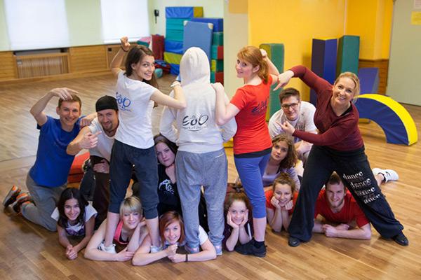 Tanzgruppe Empire of Outcast posieren zusammen im Trainingsraum