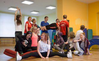 Tanzgruppe Empire of Outcast beim Aufwärmen im Trainingsraum