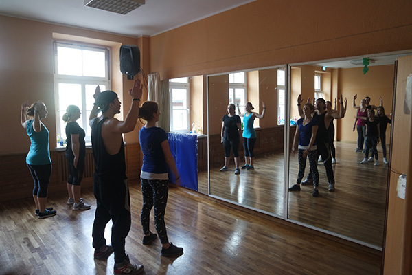 Empire of Outcast während des Tanztrainings vor dem Spiegel