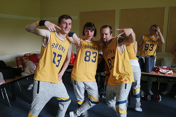 Drei Tänzer posen vor dem Tanzauftritt der Hip Hop Show