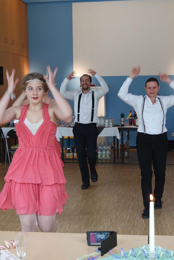 Drei Tänzer während des Tanzauftritts der 20er Jahre Show