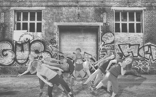 schwarz-weiß Gruppenfoto Tanzverein Empire of Outcast