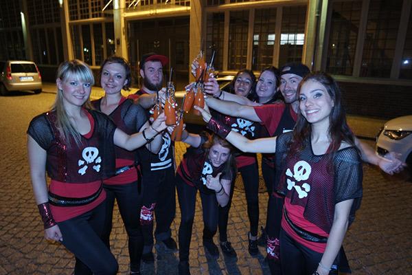 Tanzgruppe Empire of Outcast in Rocking Empire Kostümen stoßen mit Saft auf den erfolgreichen Auftritt an