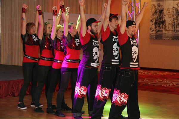 Sieben Tänzer des Tanzverein Empire of Outcast stehen hintereinander und tanzen die Rocking Empire Show
