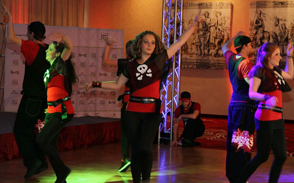 Tanzauftritt der Rocking Empire Show, TänzerInnen in rot-schwarzer Kleidung