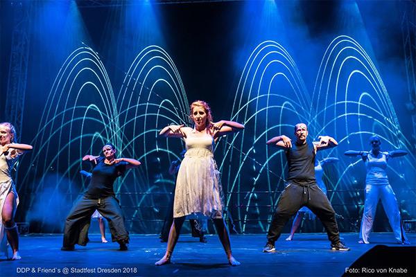 schwarz und weiße Tänzer vor blauem Hintergrund, Auftritt auf dem Dresdner Stadtfest 2018, Tanzen in Dresden
