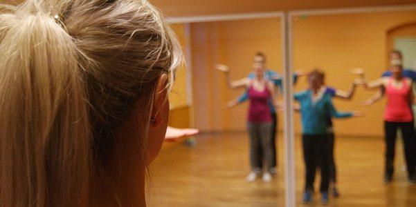 Im Trainingsraum des Empires - Training vor einem großen Spiegel