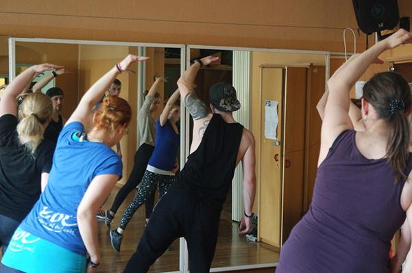 TänzerInnen des Tanzverein Empire of Outcast während des Trainings vor dem Spiegel