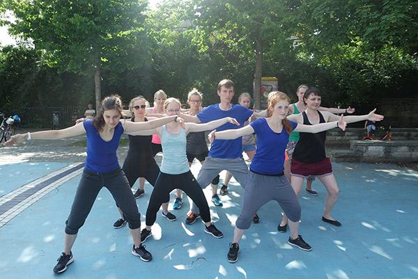 Tanzgruppe Empire of Outcast beim Training im Freien