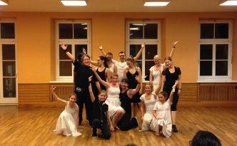 Gruppenfoto der Black and White Show, TänzerInnen des Empires in schwarz und weißen Kostümen