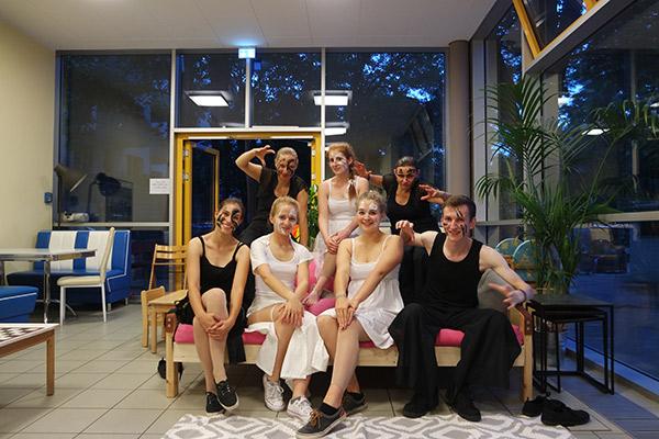 Sieben Tänzer in Kostümen der Black and White Show
