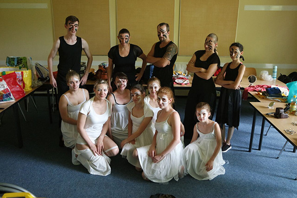 Gruppenfoto der Black and White Show, Tanzgruppe Empire of Outcast