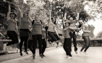 Gruppenfoto der Tanzmitglieder des Empires, auf einer Bühne, springen hoch