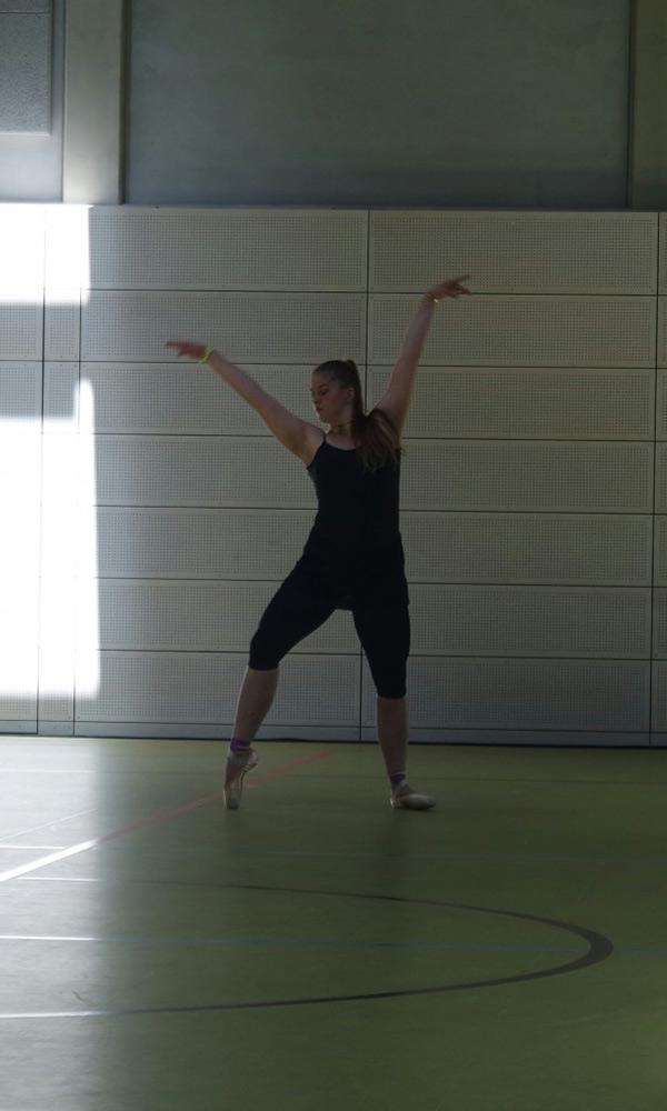 Solotänzerin in schwarz, Tanzauftritt während des Tanzfestivals the royal knights 2018