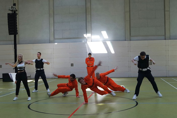Tanzgruppe in orange und schwarz/weißen Kostümen, Auftritt während des Tanzfestivals the royal knights 2018