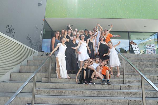 Gruppenbild Tanzverein Empire of Outcast beim Tanzwettbewerb the royal knights 2017 in Kostümen der Black and White Show