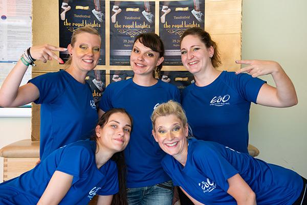 Fünf Tänzerinnen in blauen T-Shirts mit dem Logo des Empires posieren zusammen auf dem Tanzfestival the royal knights 2019