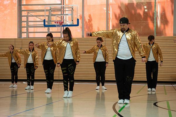 Tanzmitglieder des Tanzvereins tanzen die Jubiläums Show