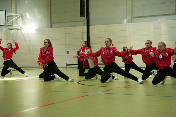 Tanzgruppe Jugendliche in roter Kleidung