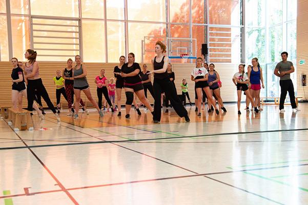 Tänzerinnen während des Tanzworkshop Jazz-Dance, von vorn
