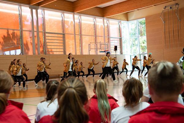 Auftritt des Tanzverein Empire of Outcast in goldenen Kostümen, Juiläumsshow