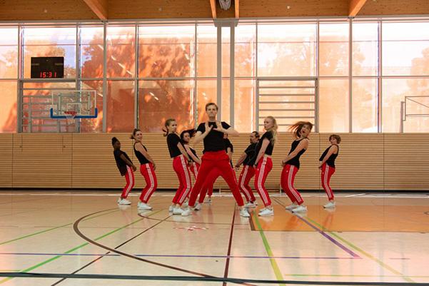 Tanzgruppe in schwarz-roten Kostümen