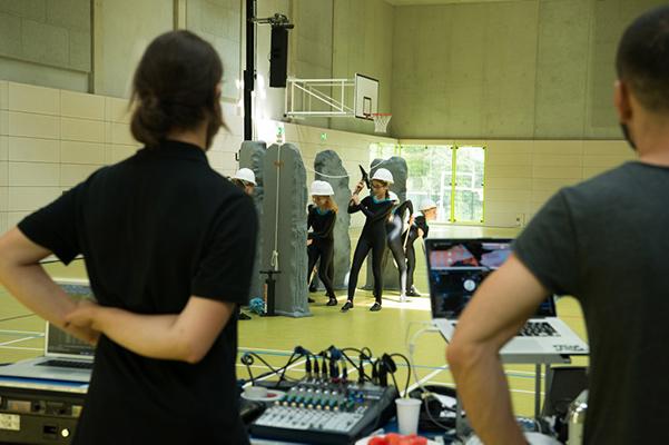 Techniker schauen Tanzgruppe zu