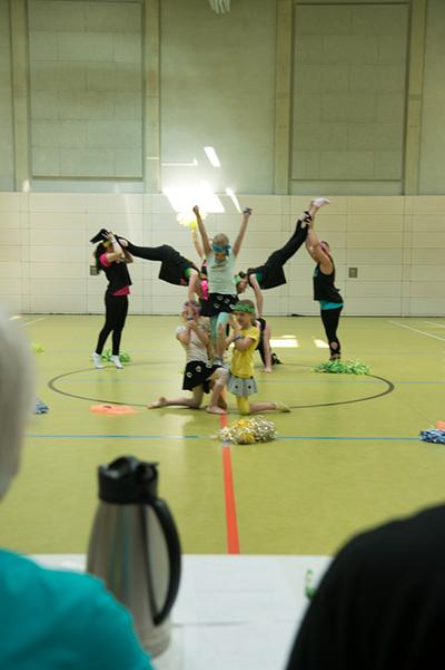 Abschlusspose der Kindertanzgruppe, akrobatisch