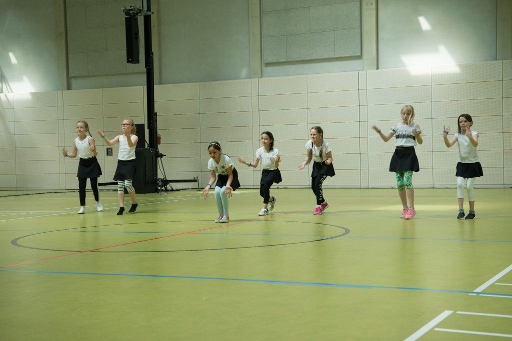 Kindertanzgruppe in schwarz und weiß während des Tanzfestival the royal knights